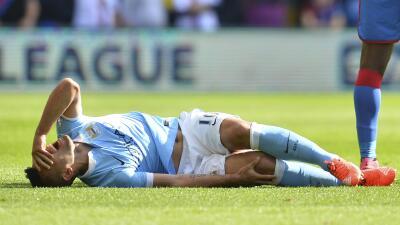 Sergio 'Kun' Agüero se dolió bastante tras lastimarse la rodilla.