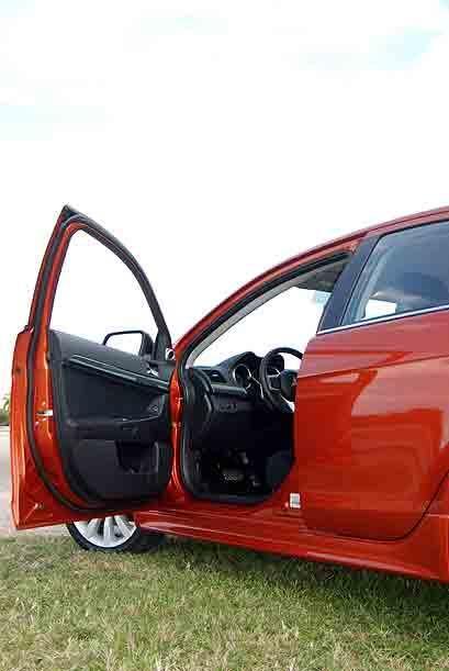 En su interior el Lancer sportback brinda espacio amplio para cinco pasa...