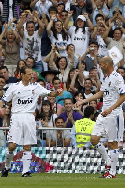 Qué estampa. Un festejo de Butragueño y Zidane.