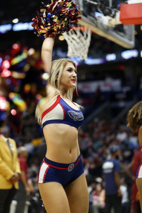 Las hermosas cheerleaders de los Cavaliers llenan de energía a todo Clev...