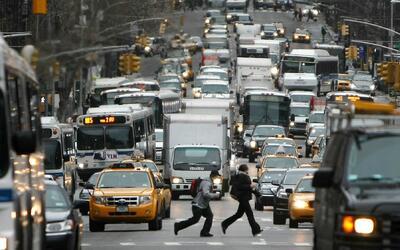 Escena típica de la congestión vehicular en Midtown Manhat...