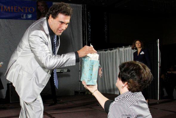 Durante un momento, una asistente del público tuvo que acercarle un pañu...
