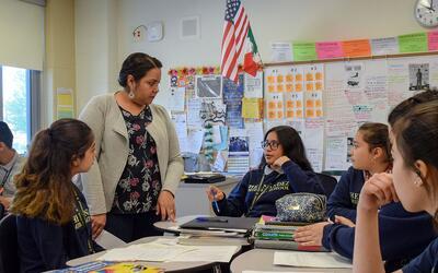 Maestra bilingüe Nancy Serrano les da apoyo a los alumnos de ingl&e...