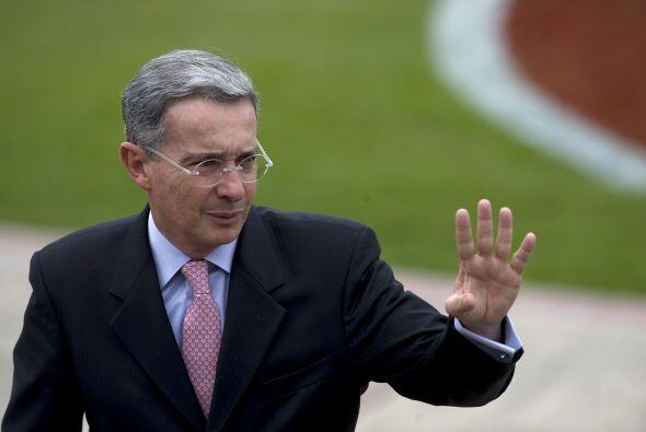 Un día antes de entregar el poder, Uribe denunció ante la Corte Penal In...