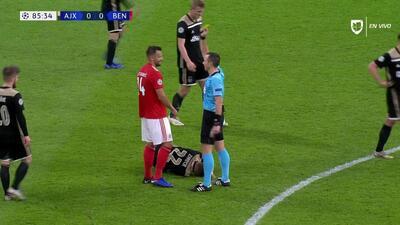 Tarjeta amarilla. El árbitro amonesta a Haris Seferovic de Benfica