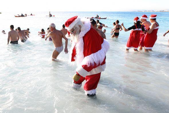 Algo si nos quedó claro: Santa no se quita su traje ni en las cálidas pl...