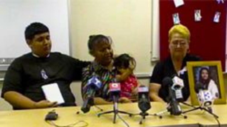 Familia de joven asesinada en rueda de prensa en Tucson