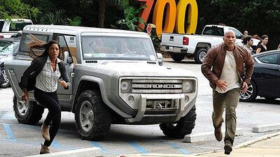 "Dwayne ""The Rock"" Johnson junto al Ford Bronco Concept"