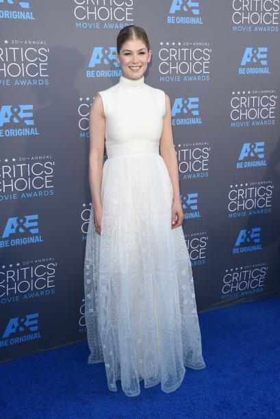 Rosamund Pike, la estrella de The Gone Girl apostó por un vestido vaporo...