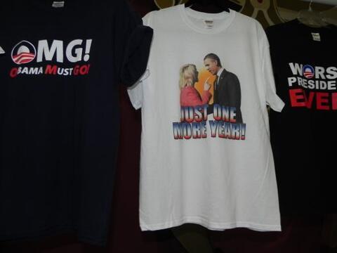 Por sólo $15 por camiseta (o dos por $25), republicanos en Arizon...