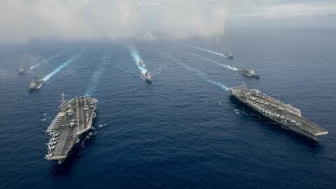 Hace poco dos grupos de batalla de la armada de EEUU coincidieron en los...