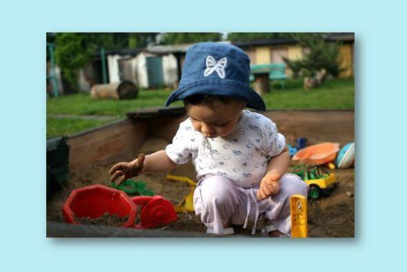 Al jugar con arena niños pueden explorar diferentes texturas, y experime...