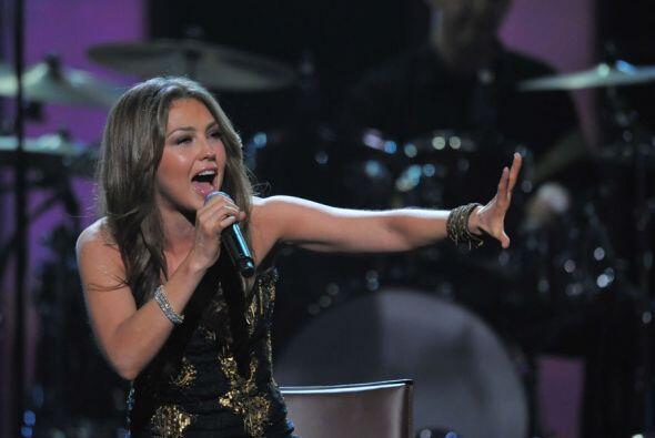 En Premio Lo Nuestro 2010, Thalía se puso muy romántica para interpretar...