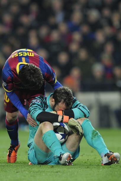 Messi fue a consolar al arquero Almunia por la dolorosa derrota.