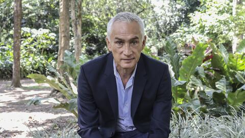 El periodista mexicano Jorge Ramos en el Jardín Botánico d...