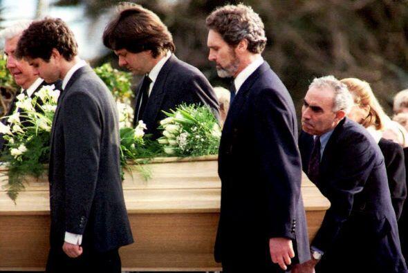 Esta es una fotografía tomada el día de su entierro. Ambos hijos cargaro...