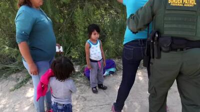 """""""No podemos vivir en el país de donde venimos"""": El drama de las familias inmigrantes que son separadas en la frontera"""