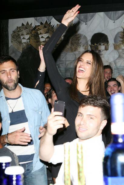 La supermodelo no paró de bailar, reírse y convivir con sus amigos y las...