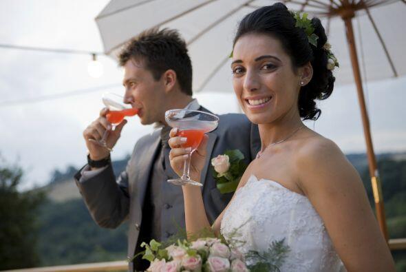 Un 'cocktail' especial: Sirve un 'drink' durante toda la fiesta, que ref...