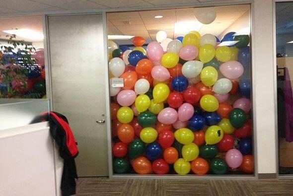 Imaginate llenar tu oficina de globos!   Foto credito: TWITTER/ FACEBOO...