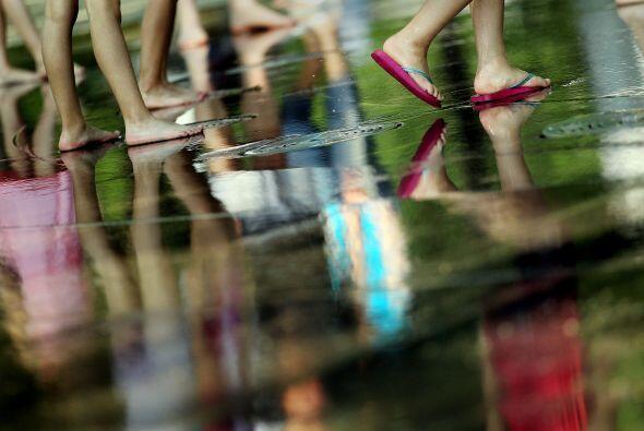 Los niños buscaron el fresco del agua en Battery Park, en New York.