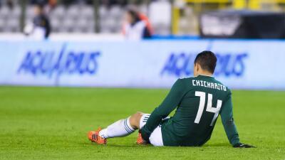 Javier Hernández se toca el muslo, en donde sintió la molestia.
