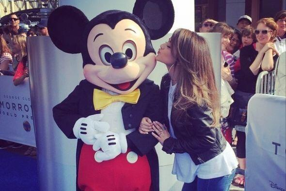 Becky no pudo dejar ir a Mickey Mouse, quien recibió un beso lindísimo q...