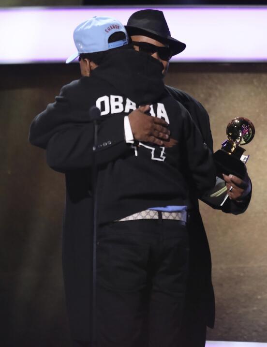 Chance the Rapper, nominado a nueve Grammys, lució una sudadera con capu...