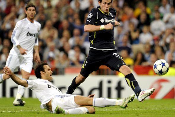 Gareth Bale fue de lo poco que resaltó por el bando inglés, aunque sirvi...