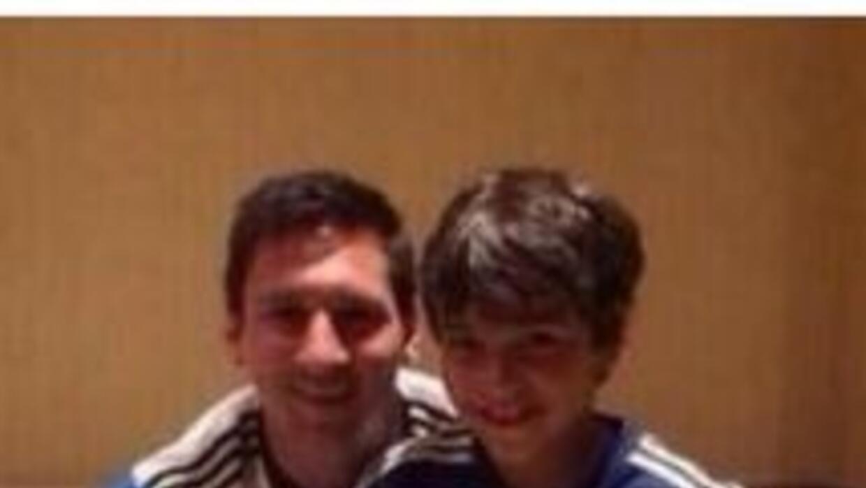 Lionel Messi negó que no quisiera saludar al pequeño y por eso se tomó u...
