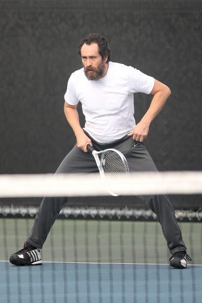 El actor en todo momento estuvo atento a la pelota de tenis.