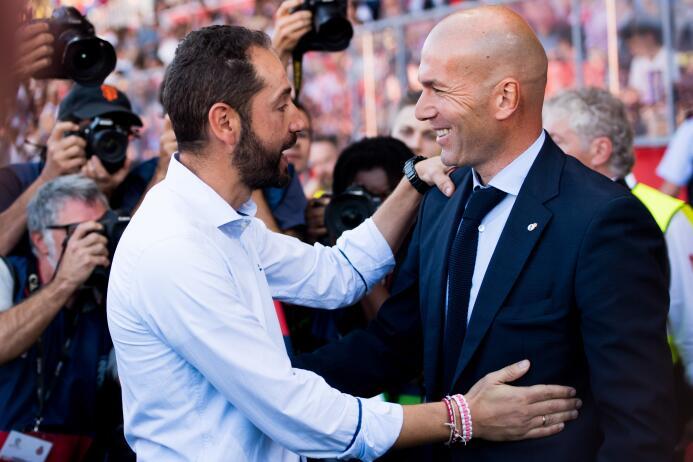 Un saludo amistoso entre Zinedine Zidane y Pablo Machín, los estrategas...