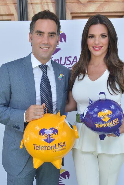 Bárbara y Enrique con el característico cochinito del Tele...
