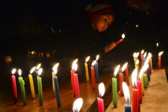 """Sin embargo, Colombia tiene una tradición única: el """"Día de la Velitas""""...."""