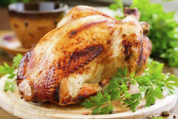 10. Compra un pollo de rotisería ya cocinado, y coloca los huesos en la...