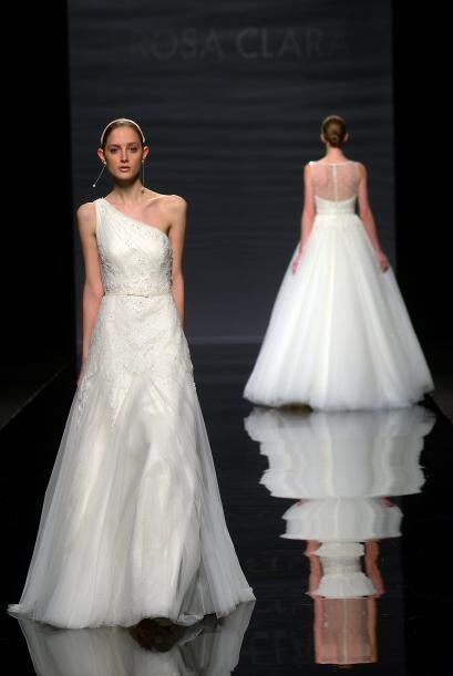 CAOBA: Vestido de encaje, pedrería y tul con adorno de vainica, en color...