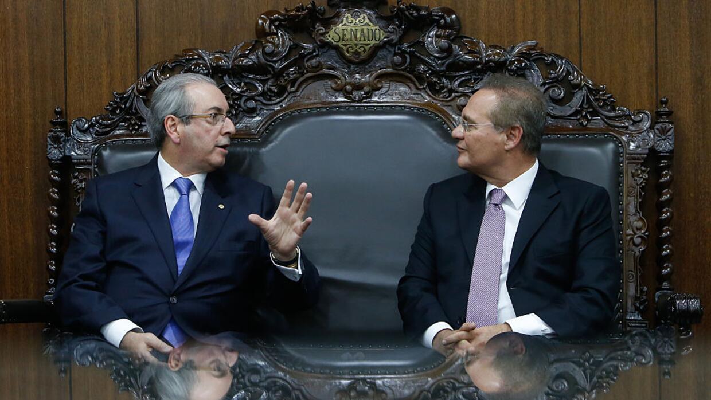 Cunha (izquierda) conversa con el presidente del Senado, Renan Calheiros...