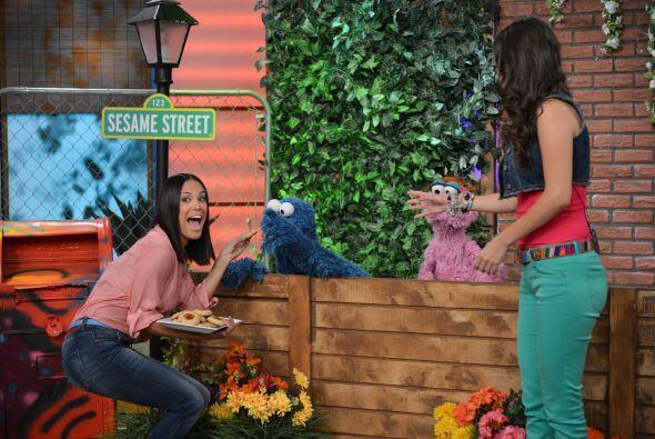 ¡Finalmente Cookie Monster logró convencerla para que le di...
