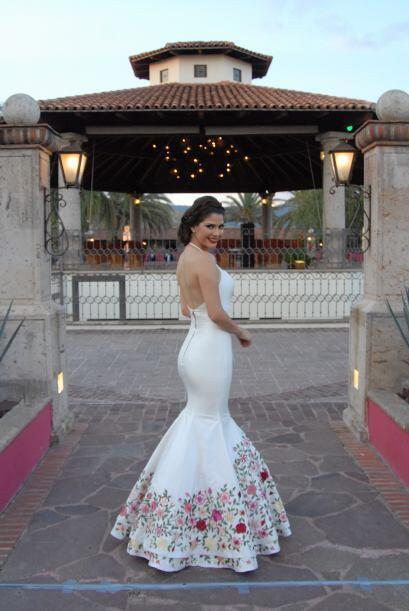 El vestido tenía un coqueto escote en la espalda. ¡Qué novia más bella!