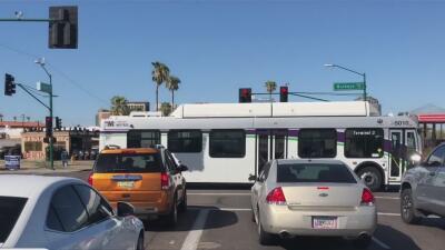 Aprueban continuar con la construcción de la extensión del tren ligero en Phoenix eliminando dos carriles