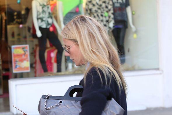 Gwyneth se metió corriendo a una tienda.