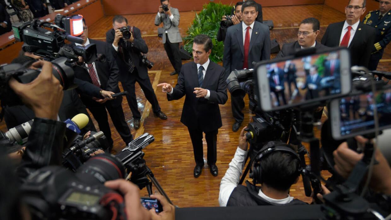 El presidente Enrique Peña Nieto, rodeado de periodistas en Los Pinos.