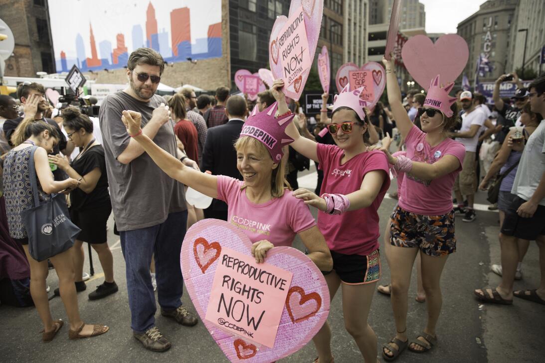 """El grupo de manifestantes por los derechos de la mujer """"Codepink"""", en un..."""