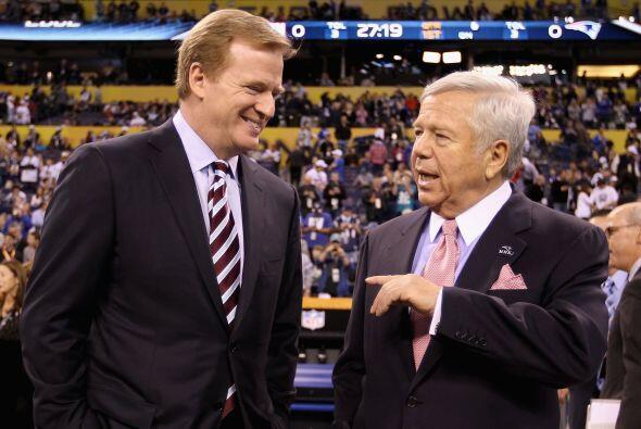 El comisionado de la NFL Roger Goodell y el dueño de los Patriotas de Nu...