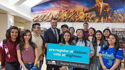 Secretario Alex Padilla con estudiantes de Los Ángeles en campaña de reg...