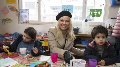 Pamela Anderson visita a refugiados en Grande-Synthe, al norte de Francia.