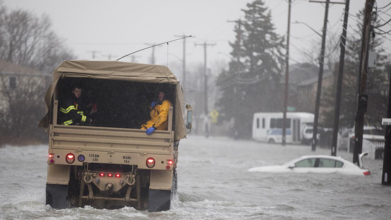 Un vehículo de la Guardia Nacional se acerca a zonas con residentes afec...