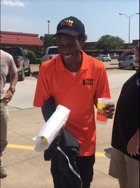 Así reaccionó un joven en Texas cuando le donaron un auto para que fuese...