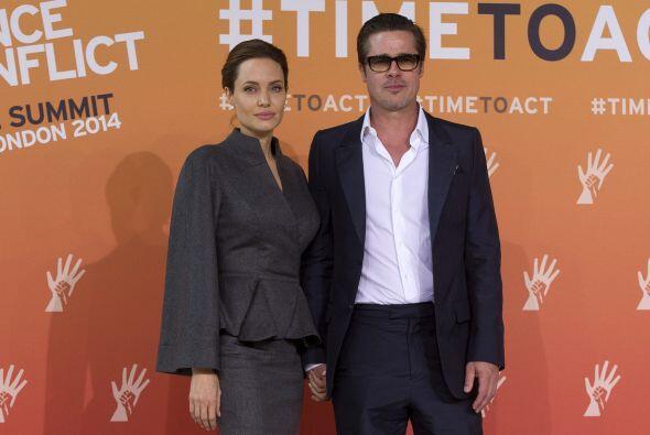 """Un año más tarde y tras el divorcio de él con Jennifer Aniston, los """"Bra..."""