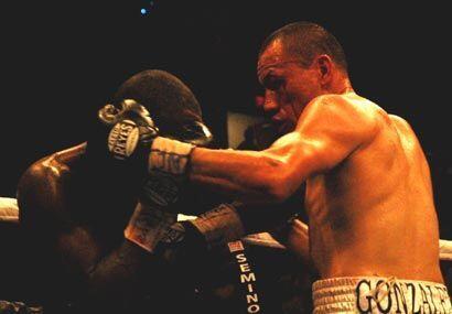 La pelea fue un intercambio de golpes constante que levantó al público d...